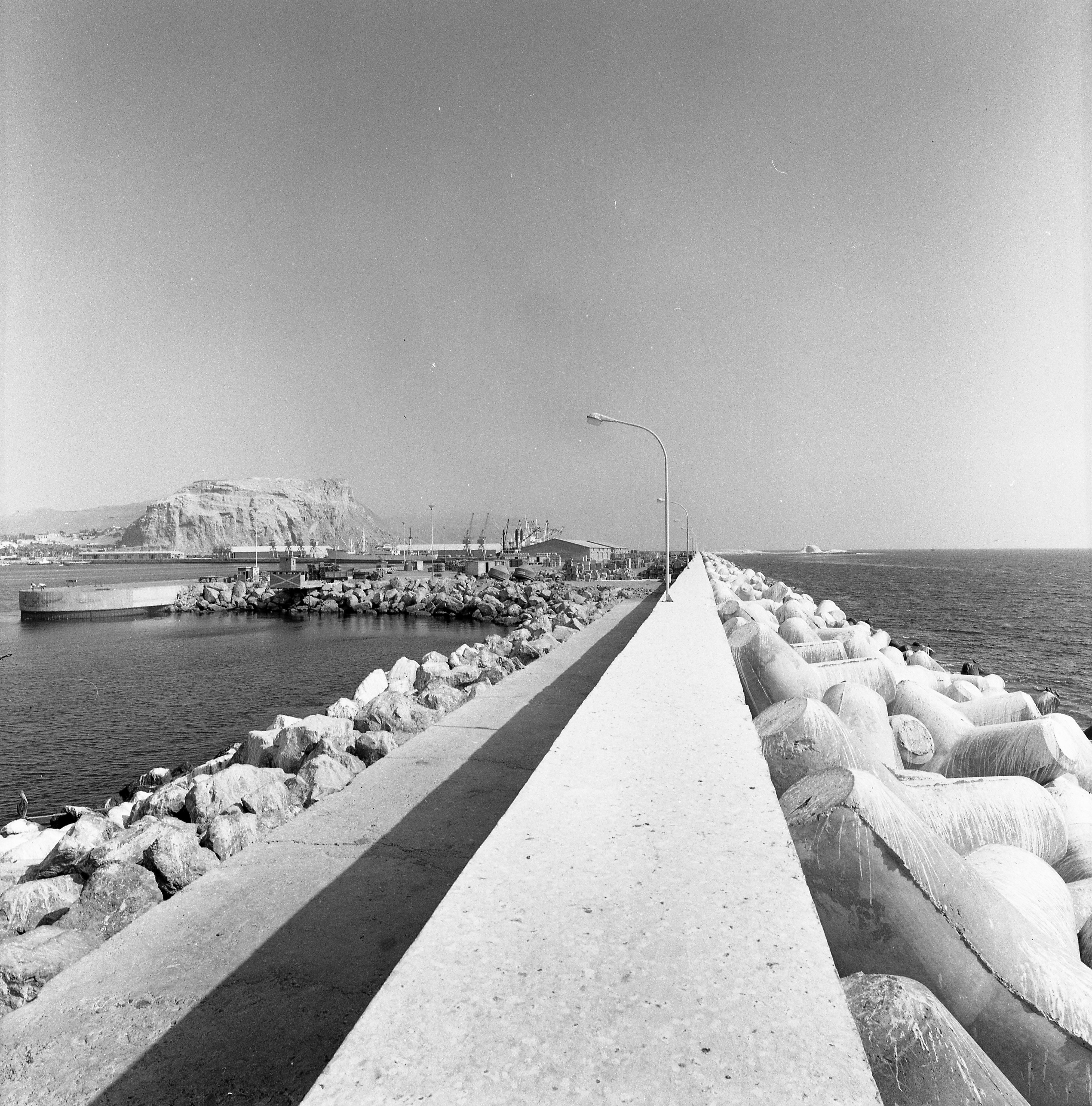 Enterreno - Fotos históricas de chile - fotos antiguas de Chile - Puerto Arica-Tetrápodos en 1969