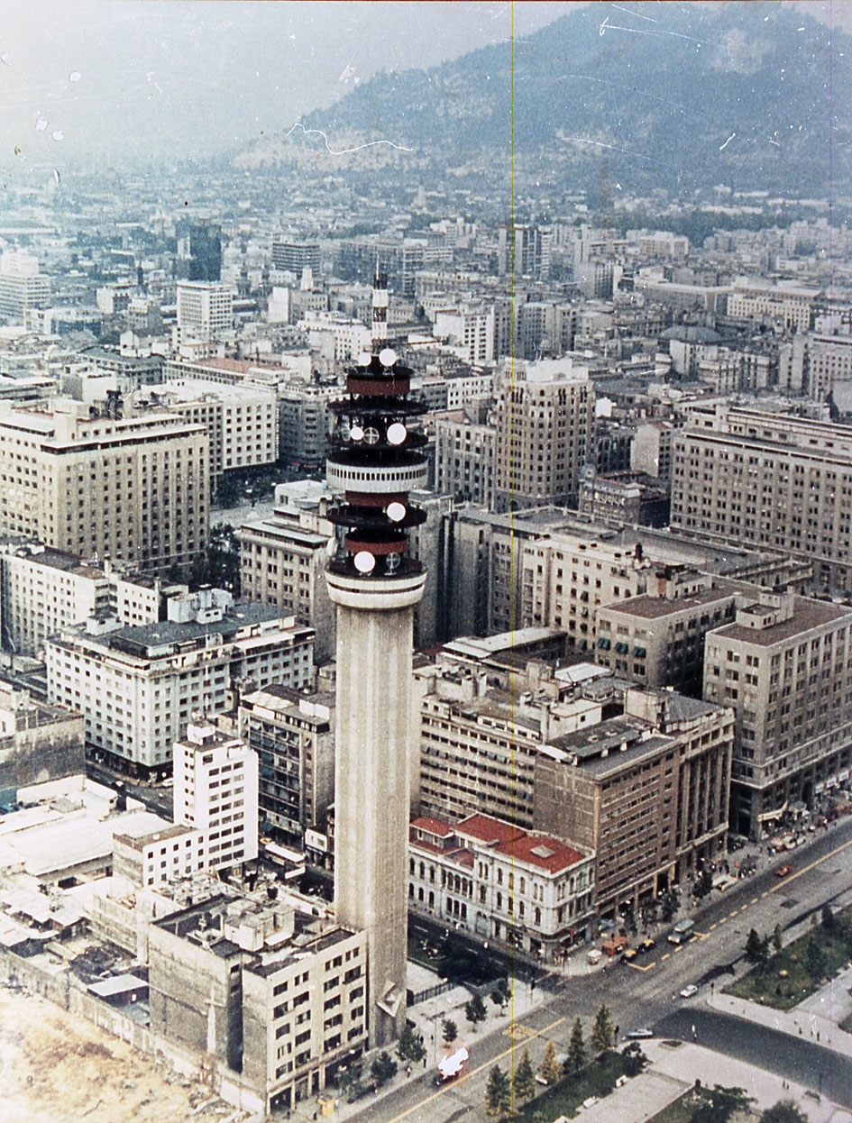 Enterreno - Fotos históricas de chile - fotos antiguas de Chile - Torre Entel, Santiago, 1990
