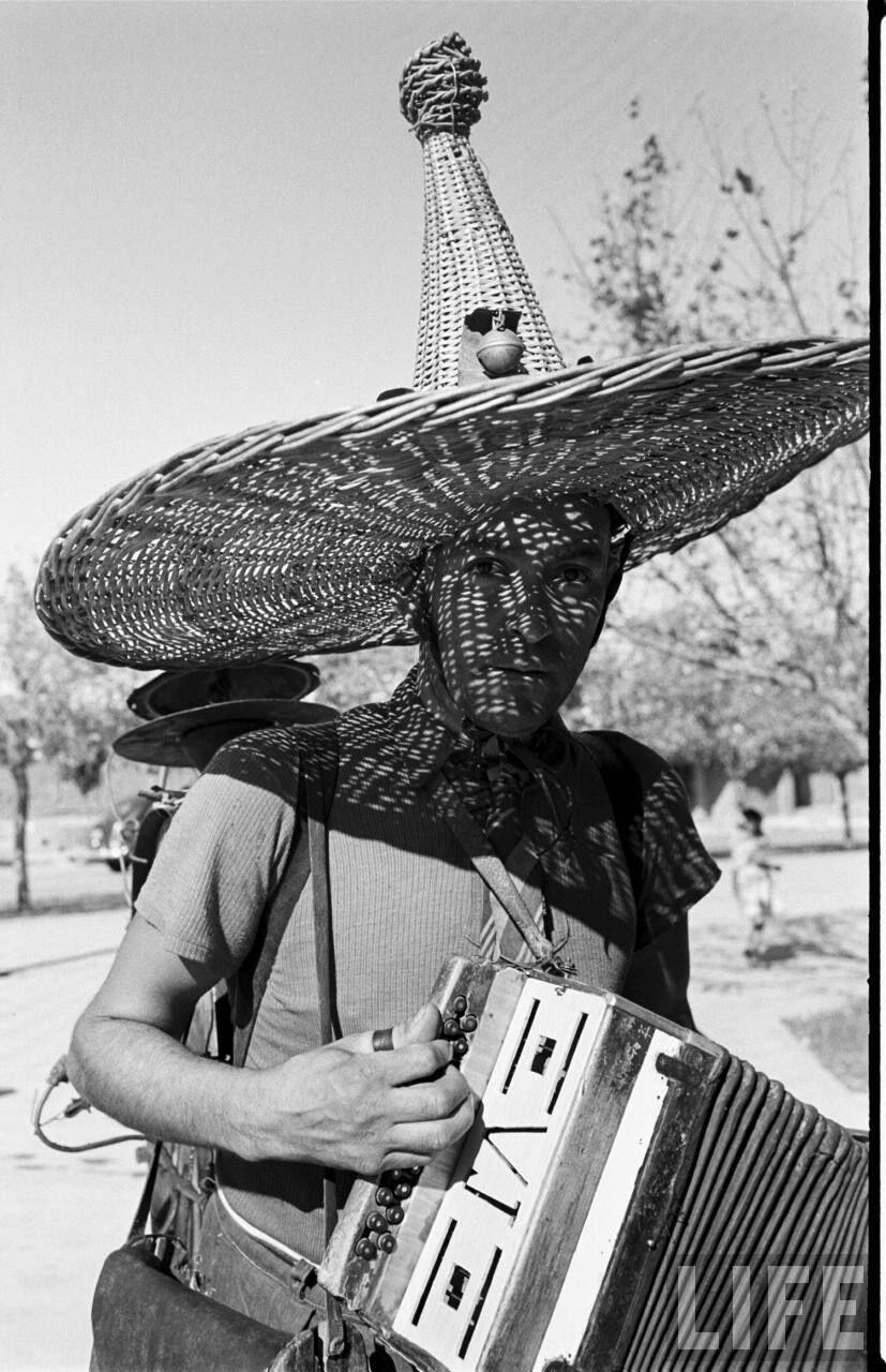 Enterreno - Fotos históricas de chile - fotos antiguas de Chile - Hombre orquesta en talca