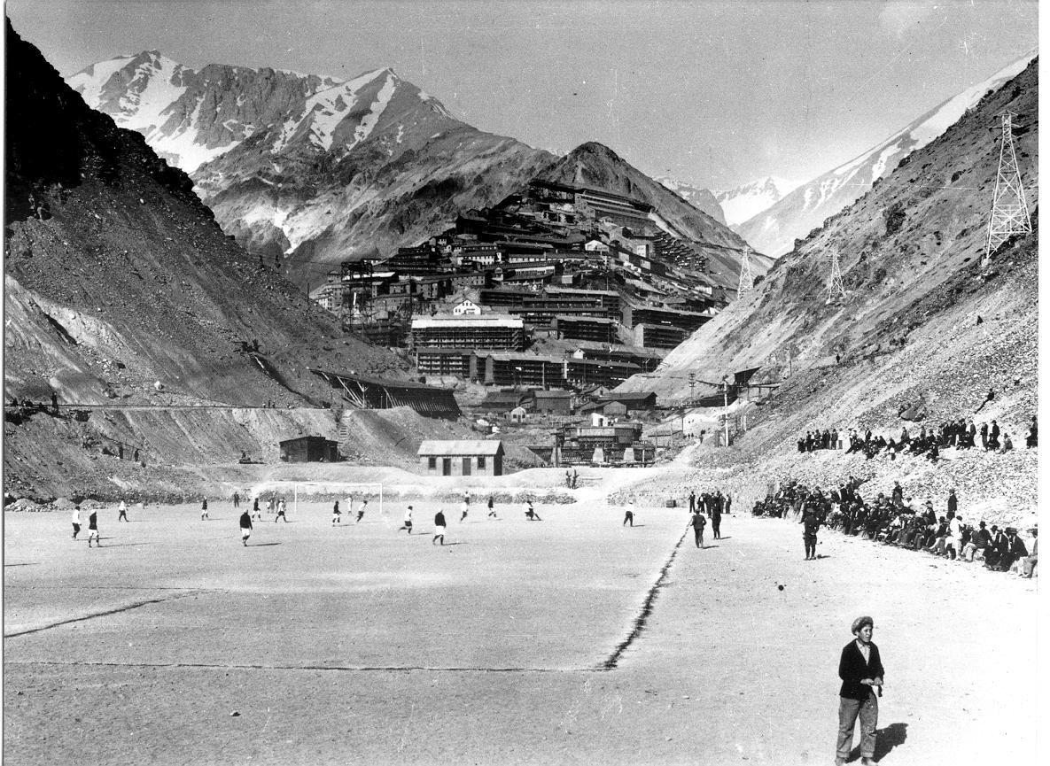 Enterreno - Fotos históricas de chile - fotos antiguas de Chile - ciudad minera de sewell, cancha agua dulce,  1940