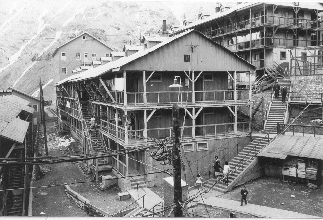 Enterreno - Fotos históricas de chile - fotos antiguas de Chile - Ciudad minera de Sewell,  camarotes, 1956