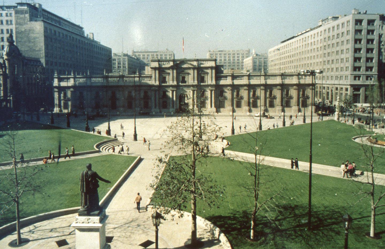 Enterreno - Fotos históricas de chile - fotos antiguas de Chile - Plaza de la Constitución, ca 1990