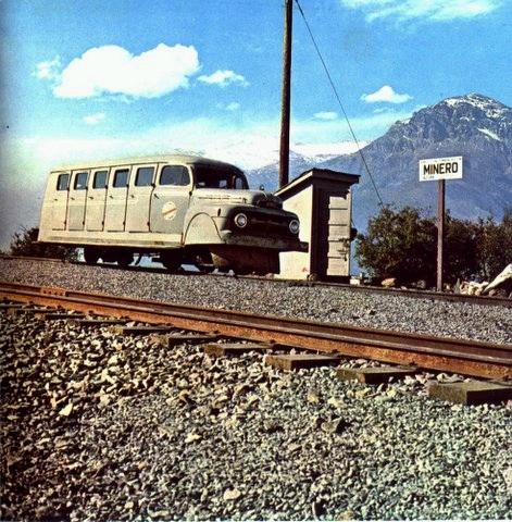 Enterreno - Fotos históricas de chile - fotos antiguas de Chile - Automóvil en via ferroviaria, ca. 1935