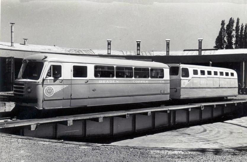 Enterreno - Fotos históricas de chile - fotos antiguas de Chile - Ferrocarril detenido en Sewell, ca. 1940