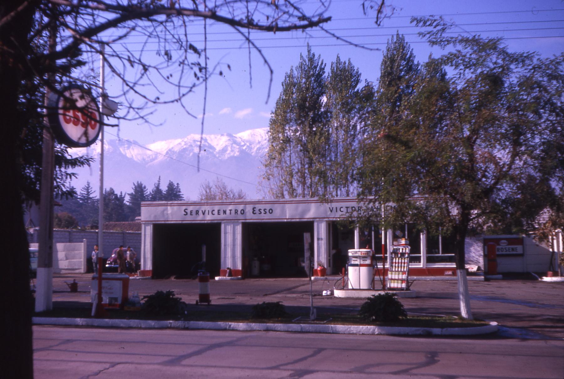 Enterreno - Fotos históricas de chile - fotos antiguas de Chile - Servicentro en Vitacura, 1963