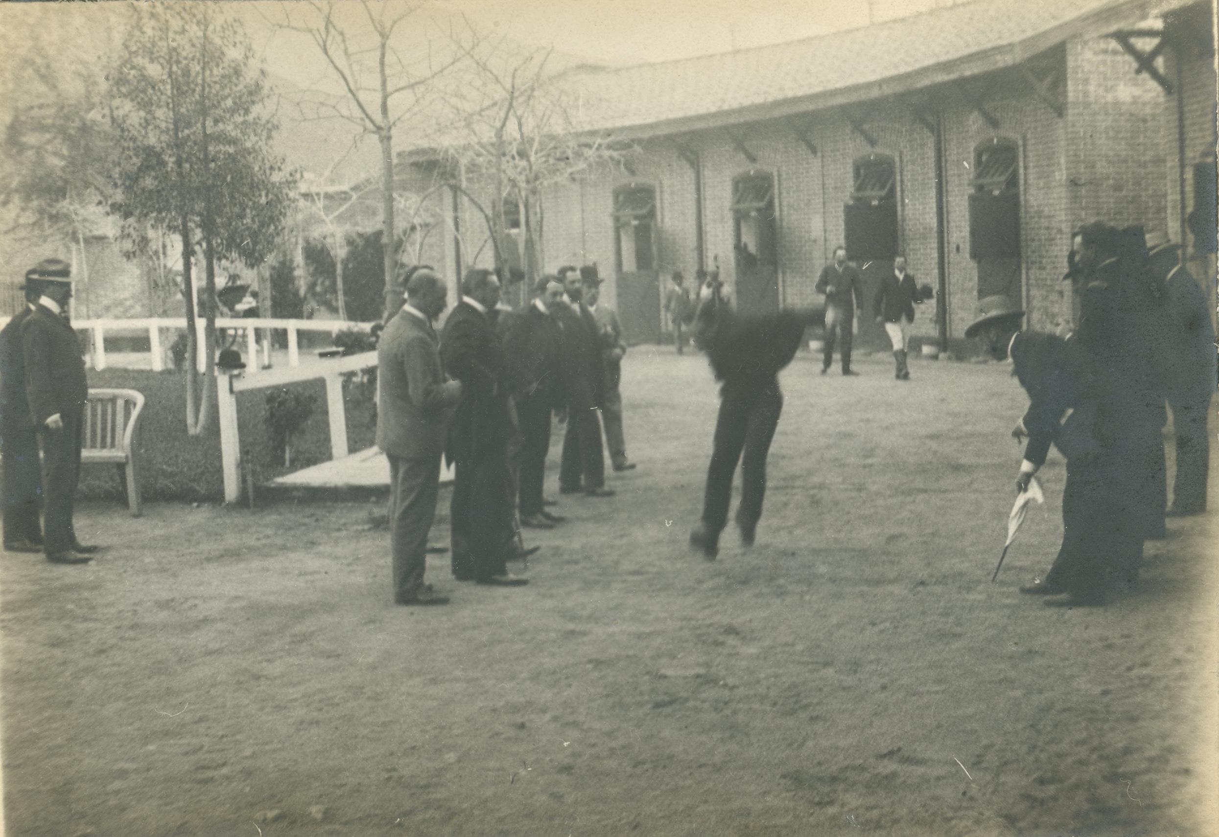 Enterreno - Fotos históricas de chile - fotos antiguas de Chile - Junta en el Club Ecuestre, 1903