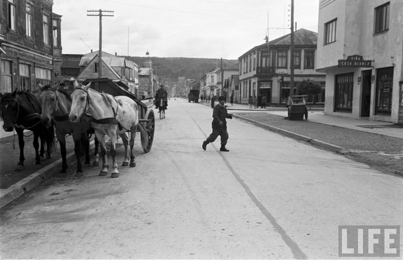 Enterreno - Fotos históricas de chile - fotos antiguas de Chile - Calle en Puerto Varas, 1950