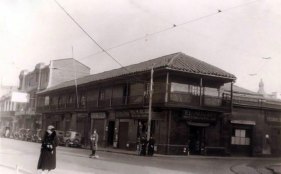 Enterreno - Fotos históricas de chile - fotos antiguas de Chile - Alameda esquina San Antonio, Santiago, 1930