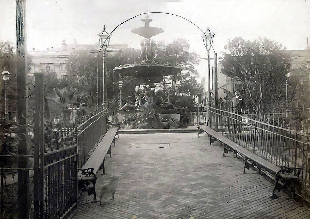 Enterreno - Fotos históricas de chile - fotos antiguas de Chile - Plaza de la Victoria, Valparaíso, 1897
