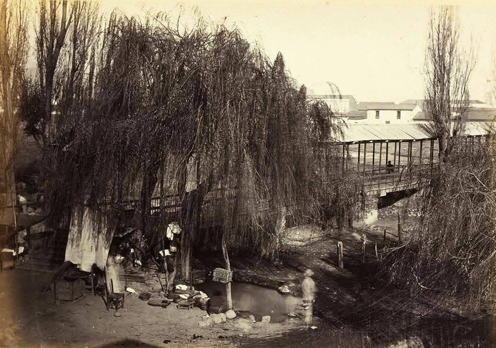 Enterreno - Fotos históricas de chile - fotos antiguas de Chile - Antiguo puente sobre el Mapocho en 1870