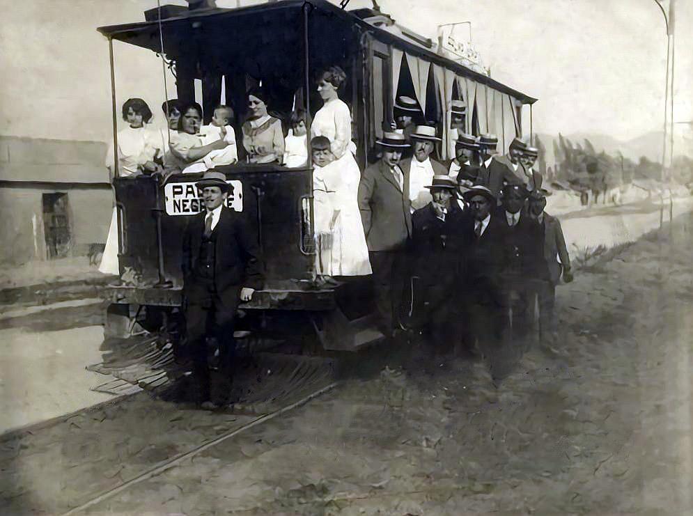 Enterreno - Fotos históricas de chile - fotos antiguas de Chile - Inauguración de la línea de tranvías Parque-Negrete, Santiago, 1917