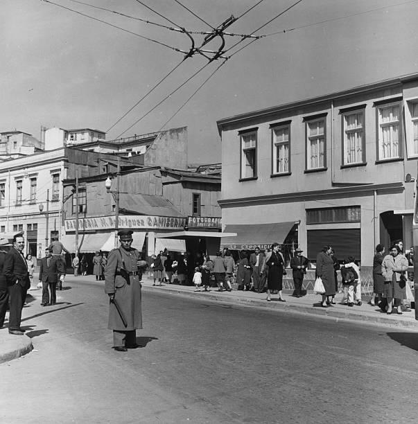 Enterreno - Fotos históricas de chile - fotos antiguas de Chile - Calle Cochrane en Valparaíso en 1954