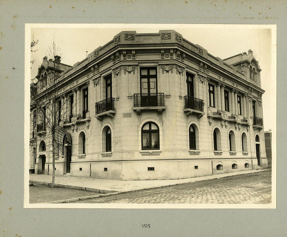 Enterreno - Fotos históricas de chile - fotos antiguas de Chile - Edificio en la esquina de Almirante Simpson con Vicuña Mackenna, 1925