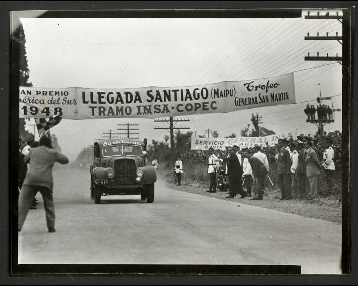 Enterreno - Fotos históricas de chile - fotos antiguas de Chile - Llegada a Santiago de la penúltima etapa del Gran Premio América del Sur, sector Maipú, diciembre de 1948.