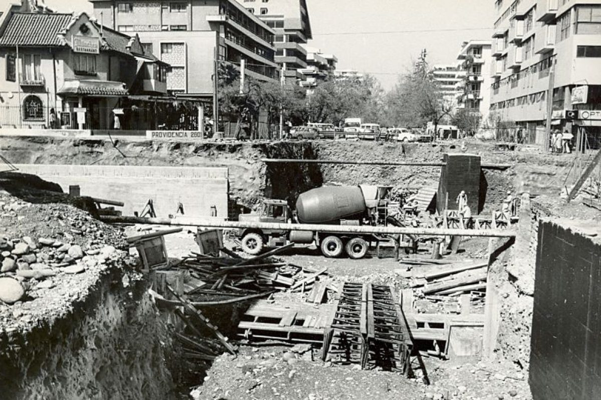 Enterreno - Fotos históricas de chile - fotos antiguas de Chile - Acceso a metro Tobalaba en 1978