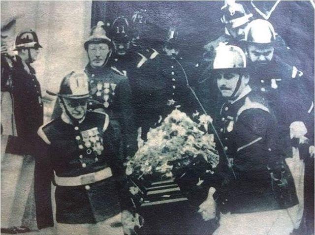 Enterreno - Fotos históricas de chile - fotos antiguas de Chile - Martir de Bomberos de Valparaiso, 1953