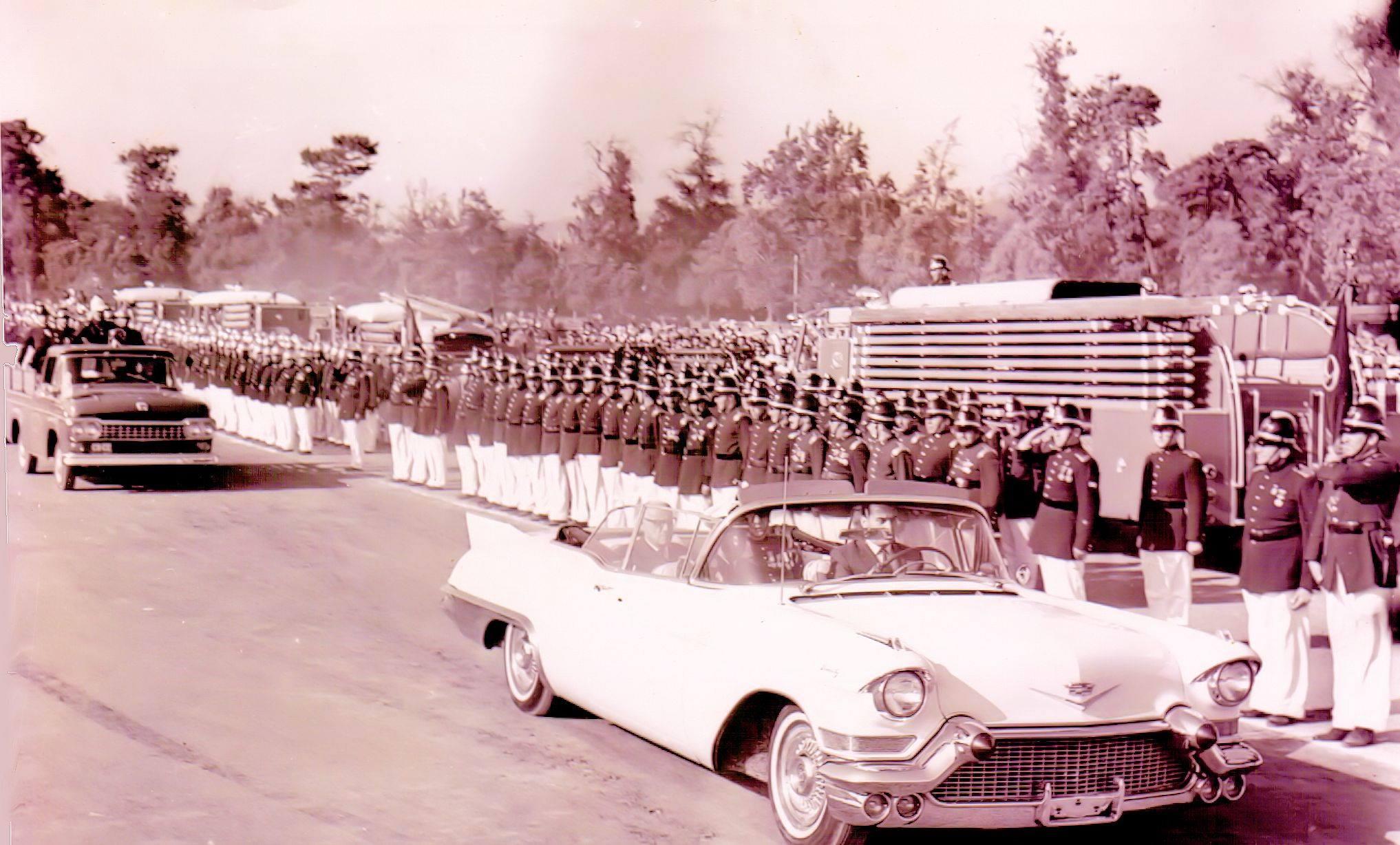 Enterreno - Fotos históricas de chile - fotos antiguas de Chile - Pdte Alessandri en ejercicio Bomberos Santiago, 1960