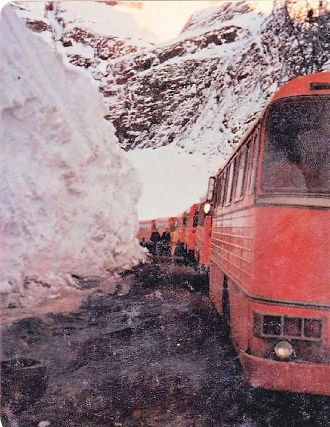 Enterreno - Fotos históricas de chile - fotos antiguas de Chile - Cruce de la cordillera de buses brasileños encargados por Codelco, 1965