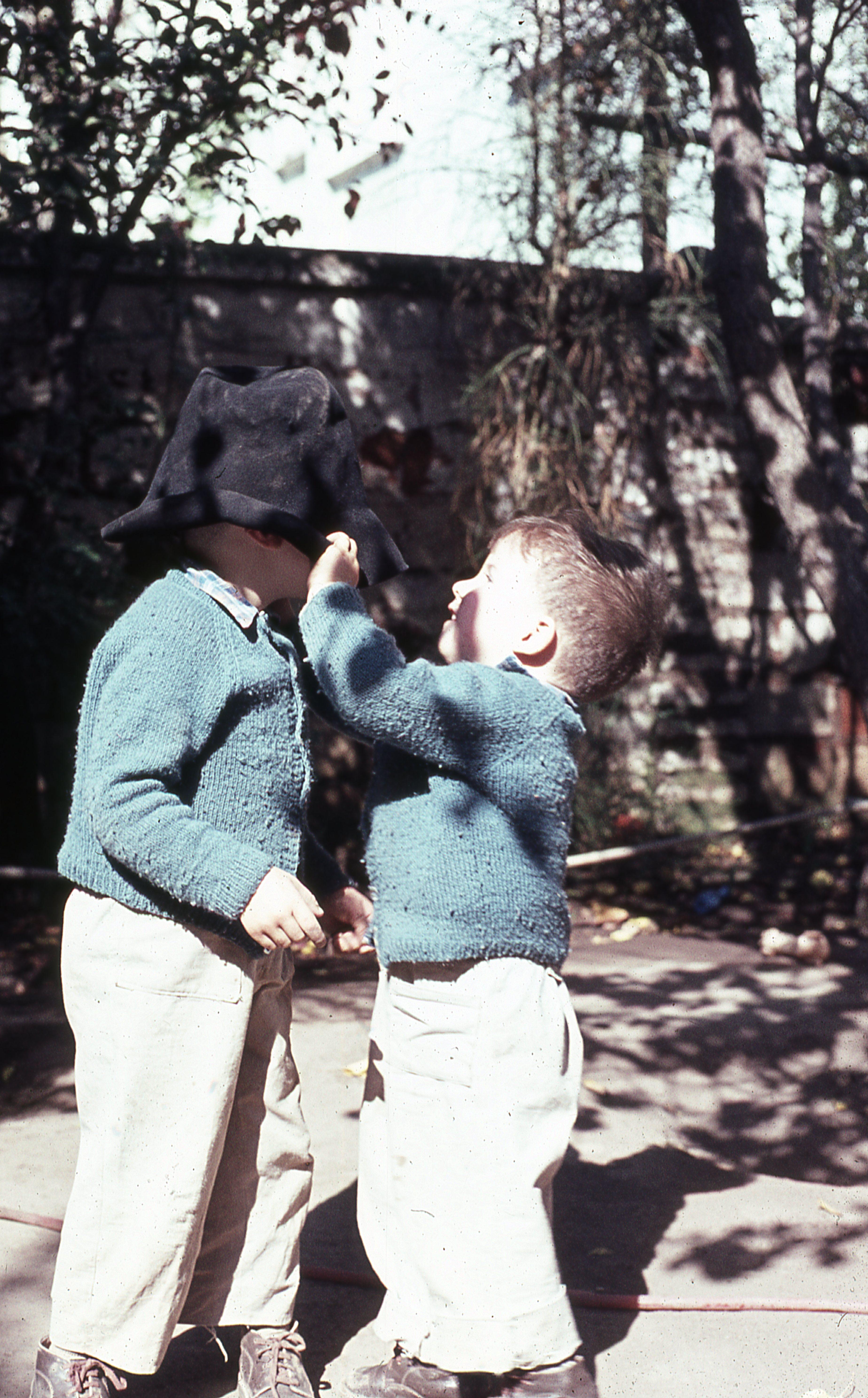 Enterreno - Fotos históricas de chile - fotos antiguas de Chile - Gabriel y Diego, 1977