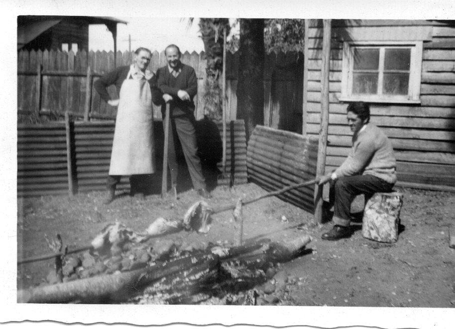 Enterreno - Fotos históricas de chile - fotos antiguas de Chile - Asado al palo Pto Fonck, 1966