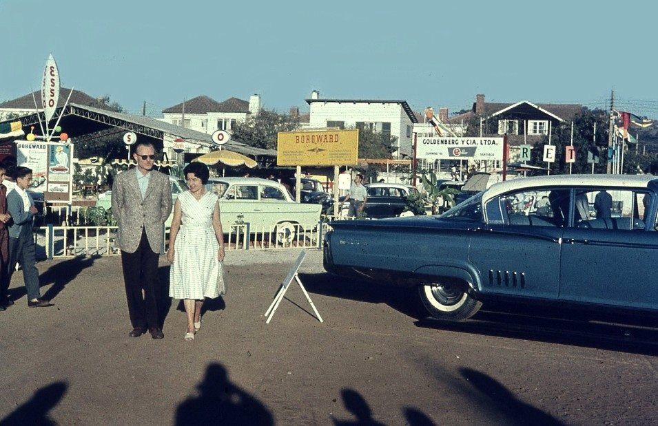 Enterreno - Fotos históricas de chile - fotos antiguas de Chile - Exposición de automóviles en Viña del Mar, 1960