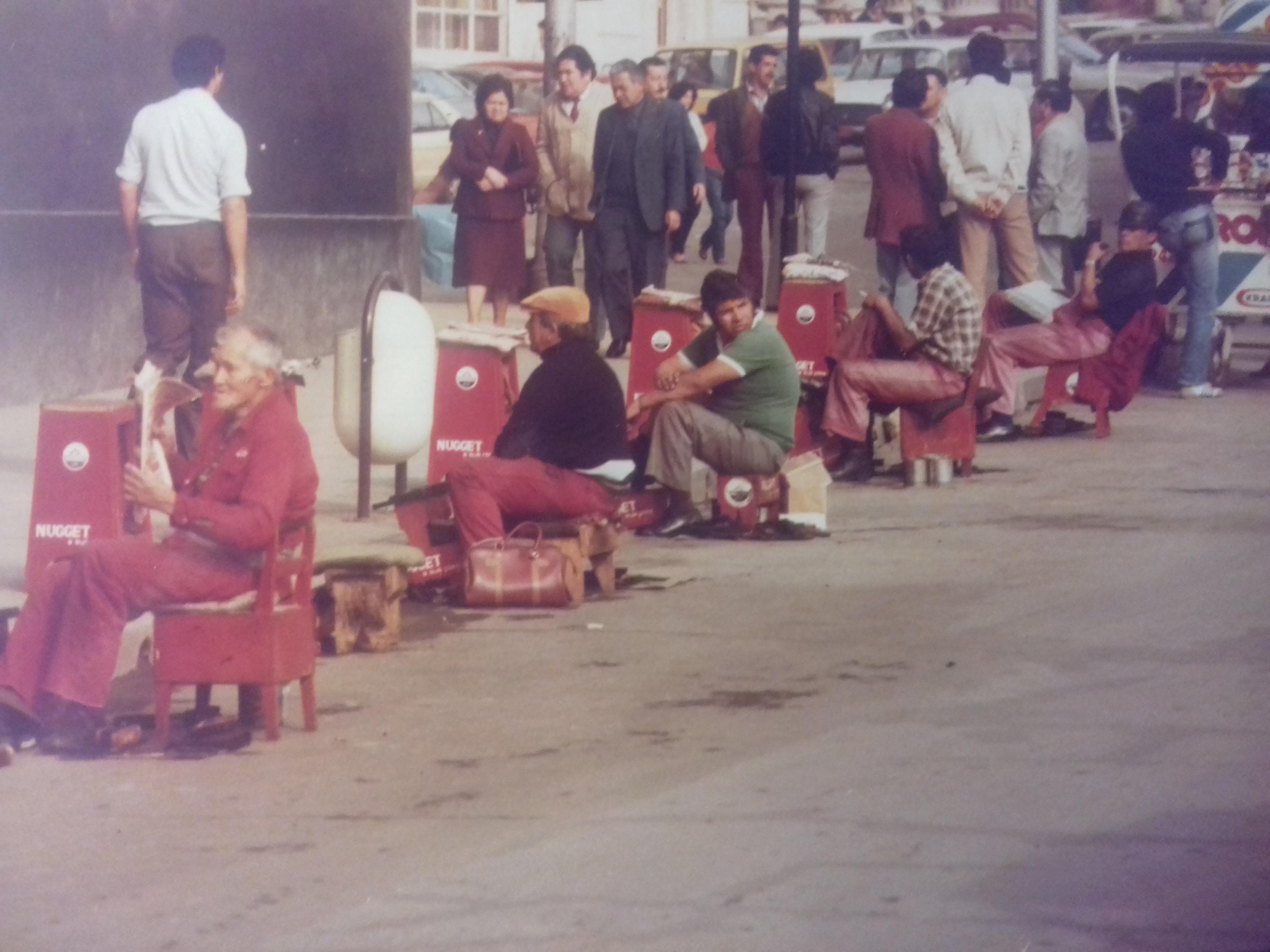 Enterreno - Fotos históricas de chile - fotos antiguas de Chile - Limpia botas en Valparaíso, 1982