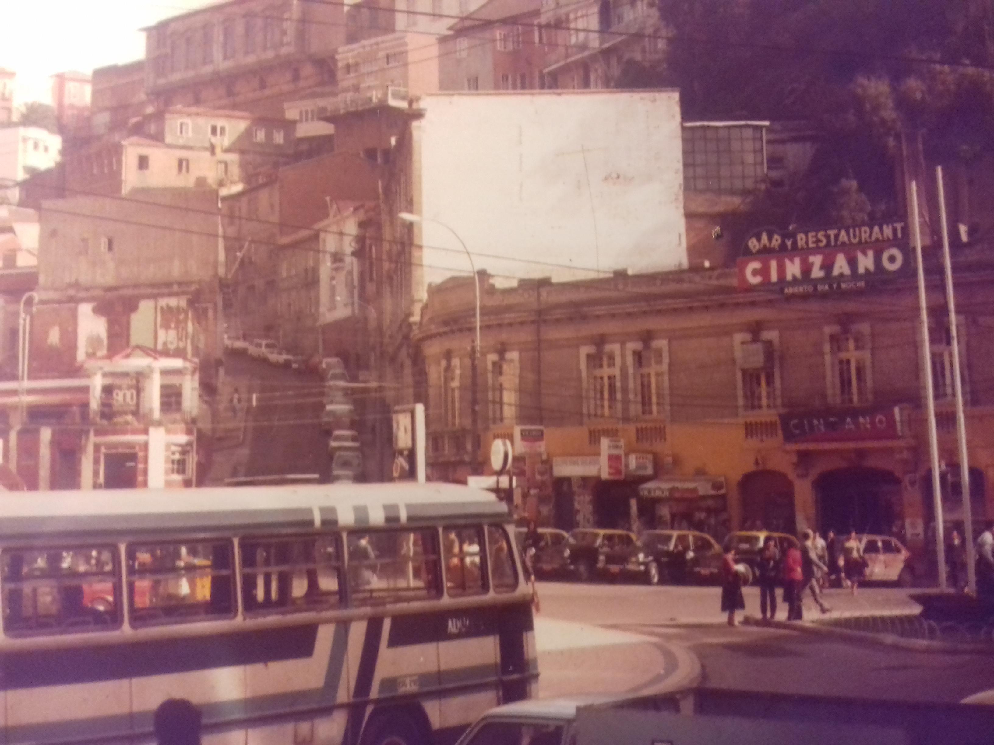 Enterreno - Fotos históricas de chile - fotos antiguas de Chile - PLaza Aníbal Pinto de Valparaíso, 1982