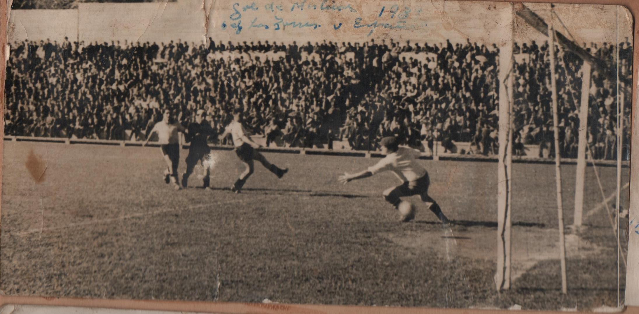 """Enterreno - Fotos históricas de chile - fotos antiguas de Chile - Gol Julio """"Chincol"""" Martínez, club deportivo """"Las Zorras"""", Valparaíso, 1937"""