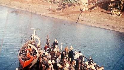 Enterreno - Fotos históricas de chile - fotos antiguas de Chile - Electrificación de Isla Grande Chiloé, 1966