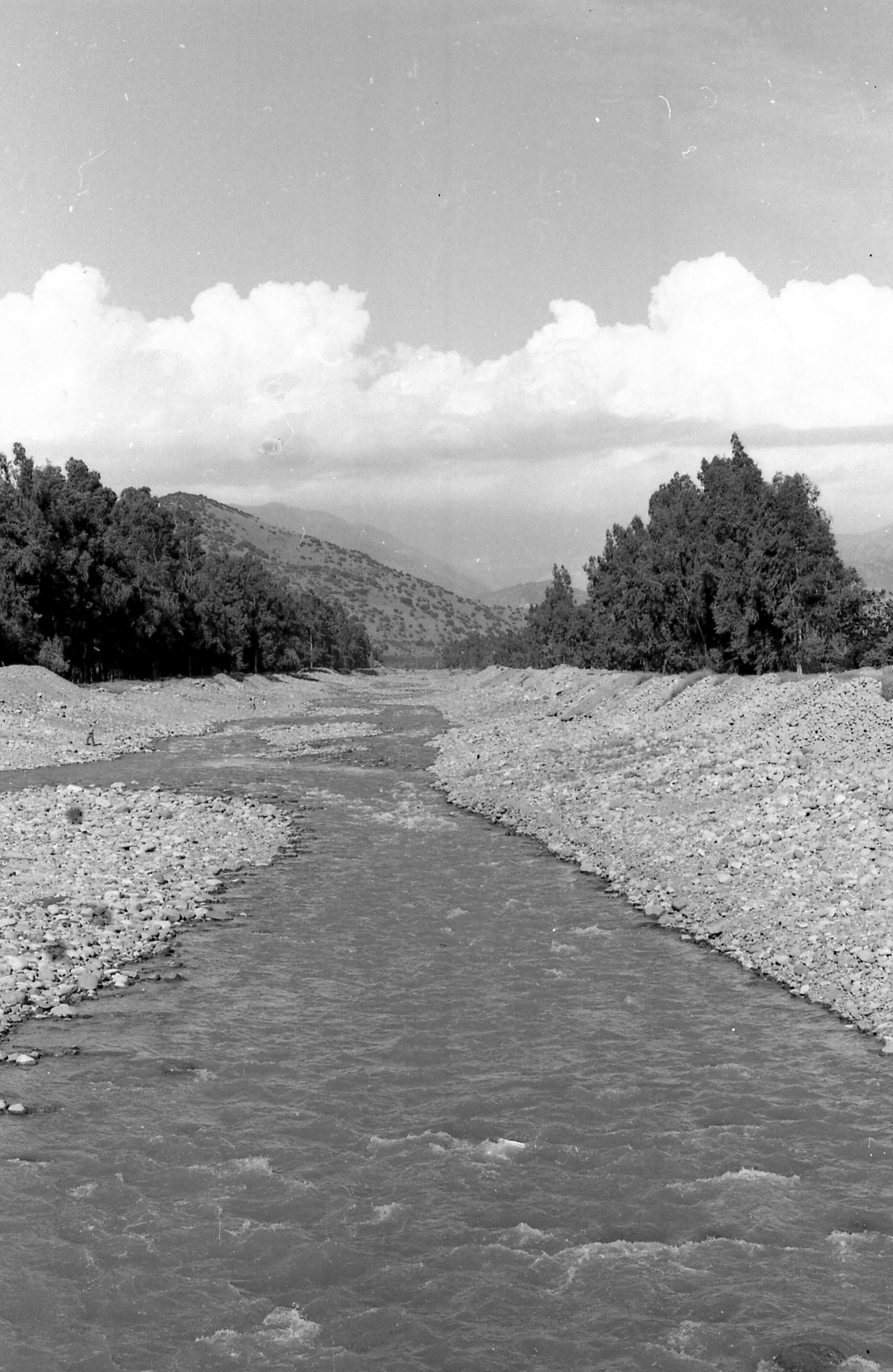 Enterreno - Fotos históricas de chile - fotos antiguas de Chile - Río Mapocho, 1979