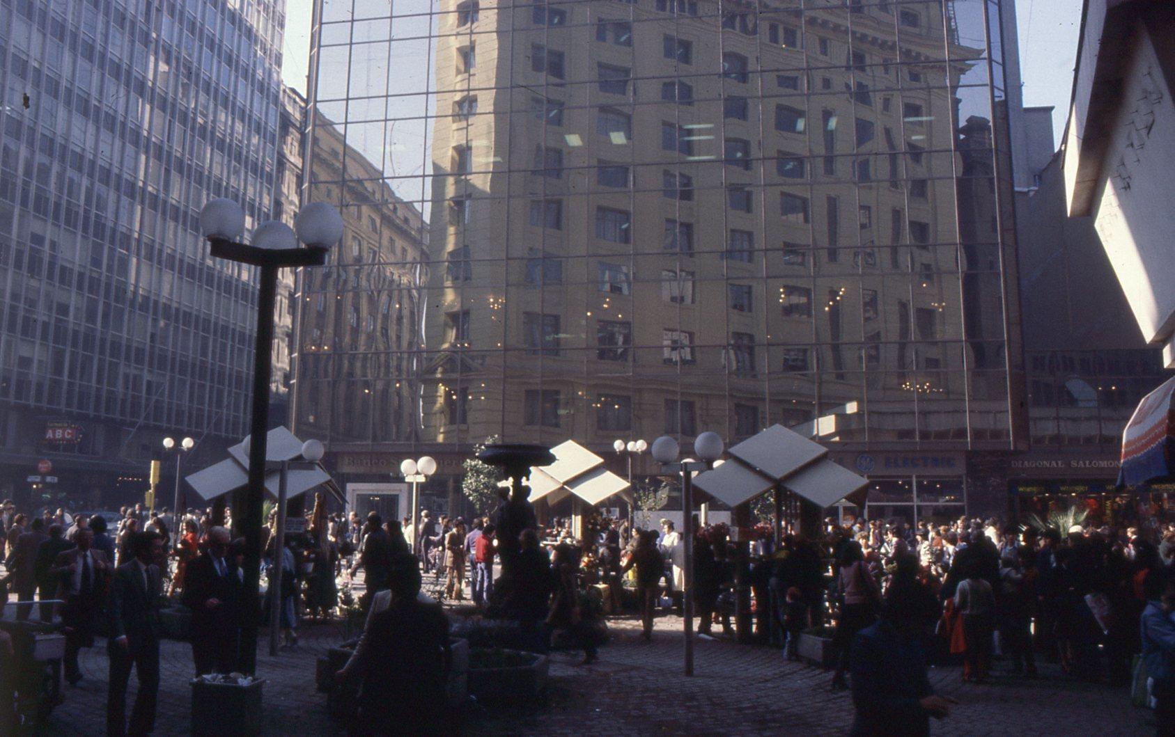Enterreno - Fotos históricas de chile - fotos antiguas de Chile - Paseo Ahumada y Calle Nueva York, 1980