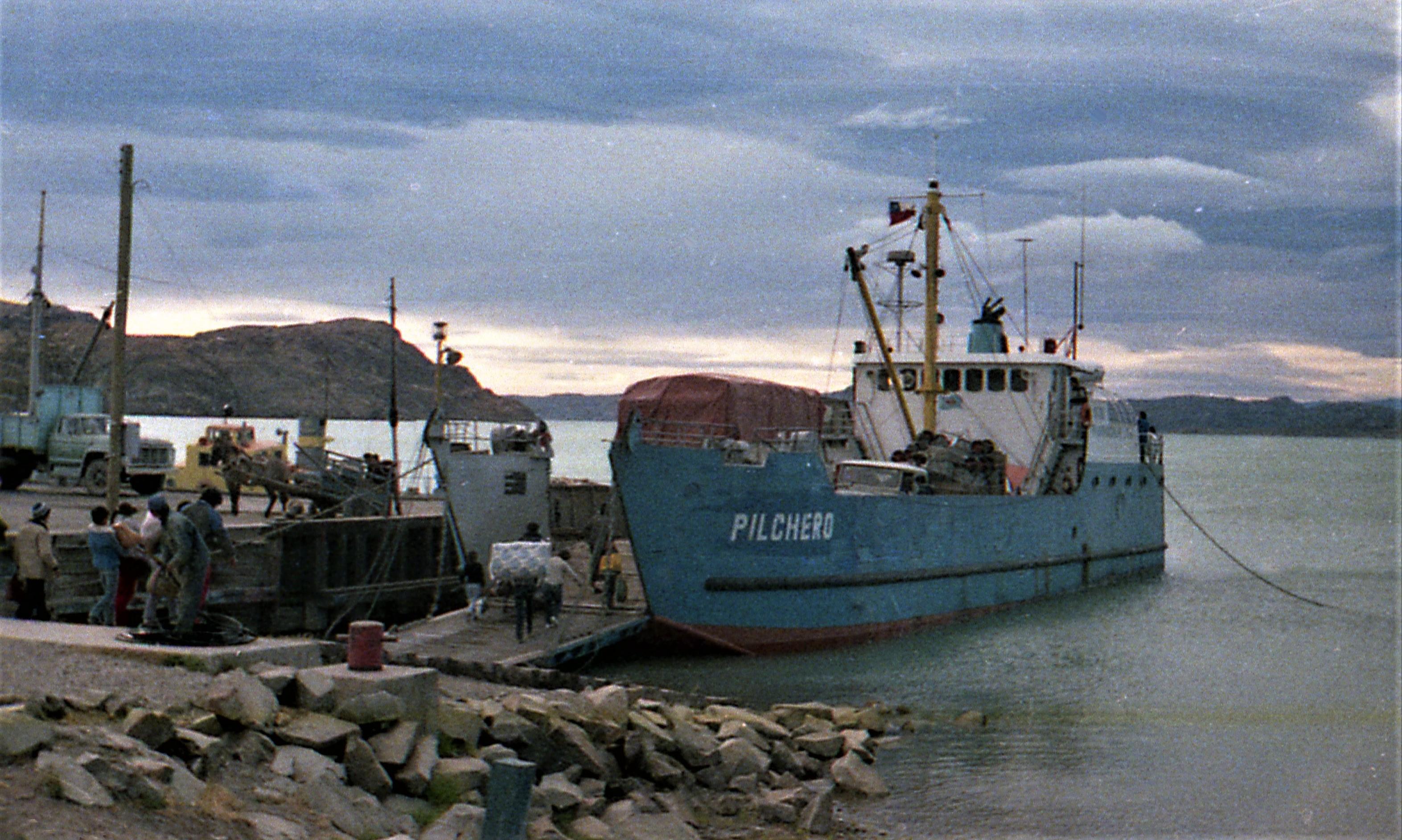 """Enterreno - Fotos históricas de chile - fotos antiguas de Chile - Barcaza """"Pilchero"""" en el Lago general Carrera en 1988"""