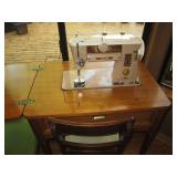 Family Room: Singer Sew Machine w/Chair #401A
