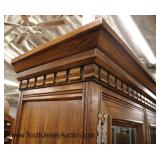 Lot 563 2pc Thomasville country oak leaded glass 4 door china cabinet (base of china has a nice cle