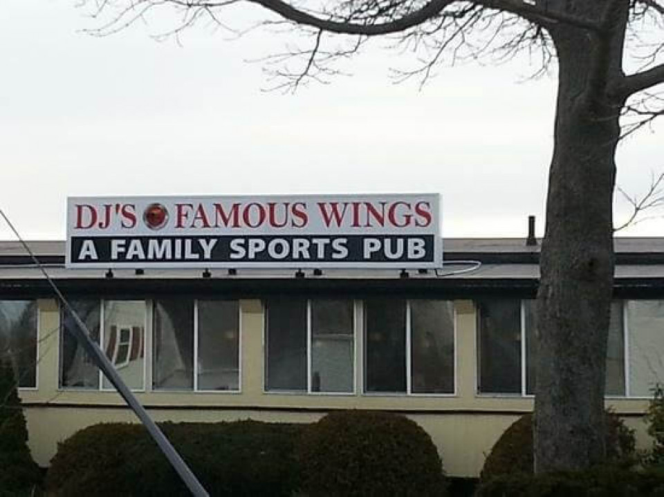 DJ's Famous Wings logo