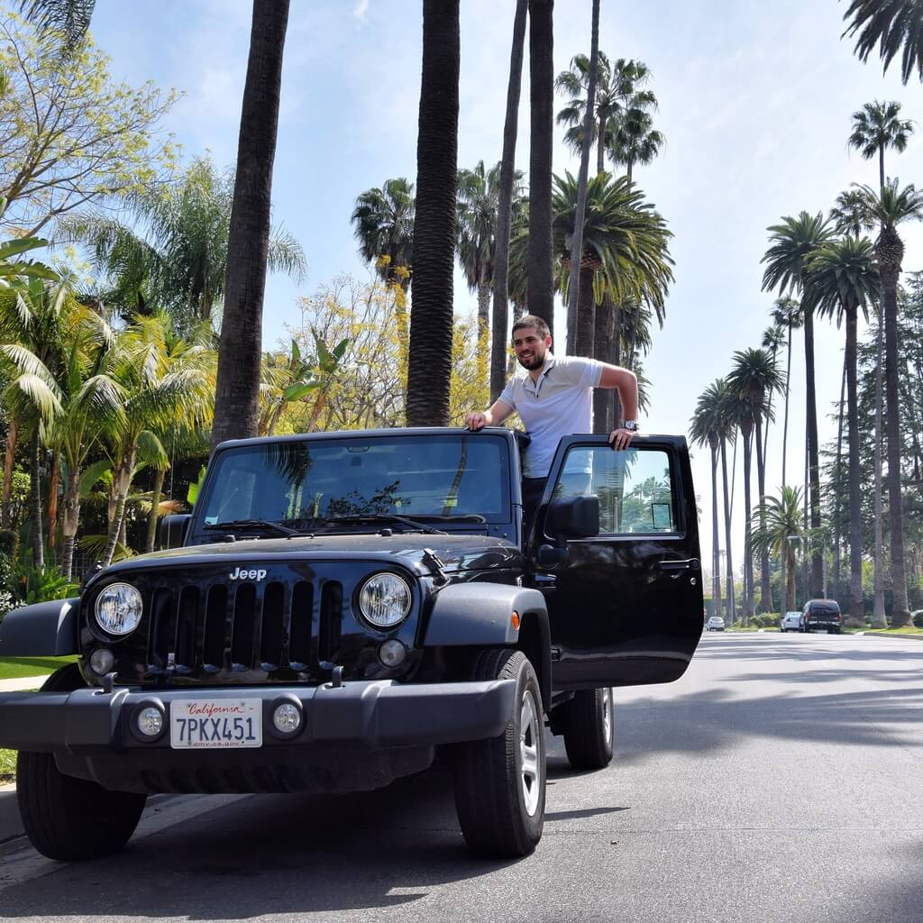 Alen Ankajcan, osnivač eworkandtravel veb sajta u Los Anđelesu sa automobilom rentiranim preko TURO servisa, 2017.