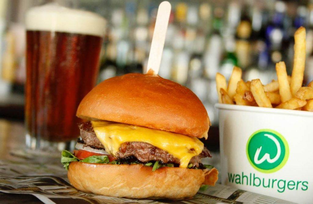 Wahlburgers - jedan od novijih lanaca restorana brze hrane iza kojeg stoje poznata braća Wahlberg (glumci), a pored Bostona, DCija, Orlanda, najnoviji restoran je otvoren i u Njujorku