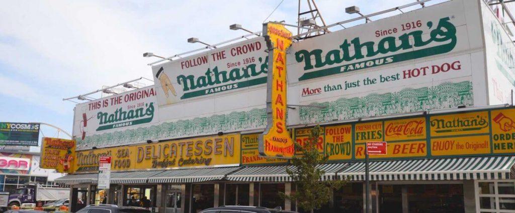 Nathan's Famous svake godine organizuje takmičenje u jedenju hot dogova