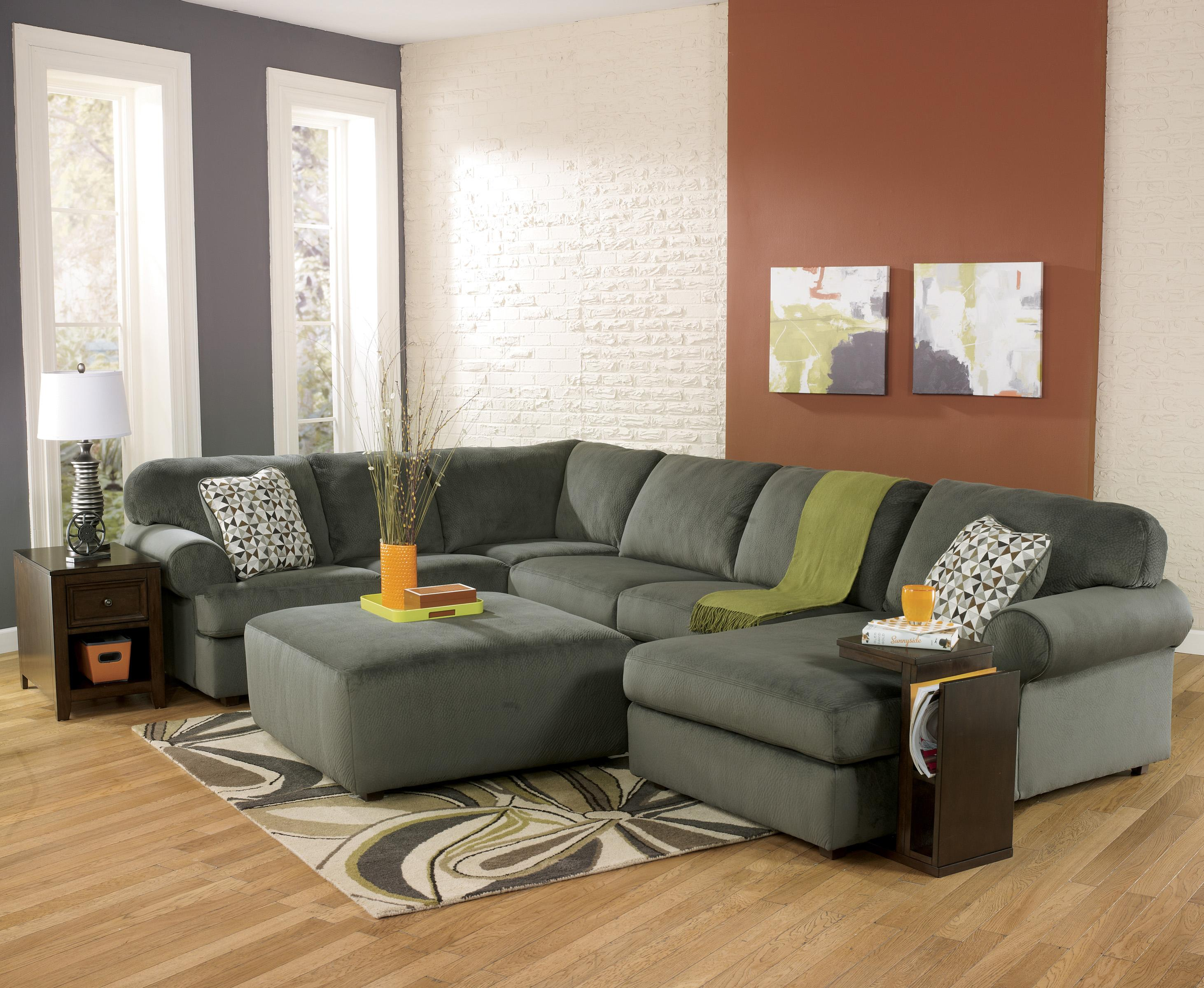 Casual Sectional Sofa with Right Chaise by Signature Design by