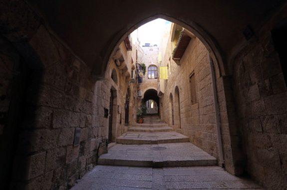 Narrow street in Jewish Quarter Jerusalem (us.fotolia.com | AnastasiiaUsoltceva)