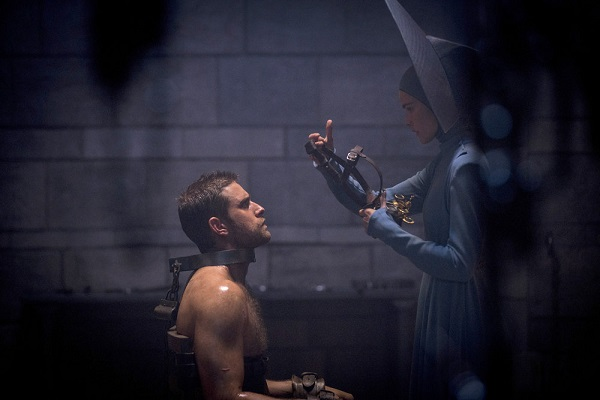 "EMERALD CITY -- ""Beautiful Wickedness"" Episode 106 -- Pictured: (l-r) Oliver Jackson Cohen as Lucas, Isabel Lucas as Anna -- (Photo by: David Lukacs/NBC)"