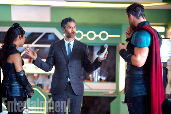 Thor: Ragnarok (2017) L to R: On set with Tessa Thompson (Valkyrie), Director Taika Waititi and Chris Hemsworth (Thor).