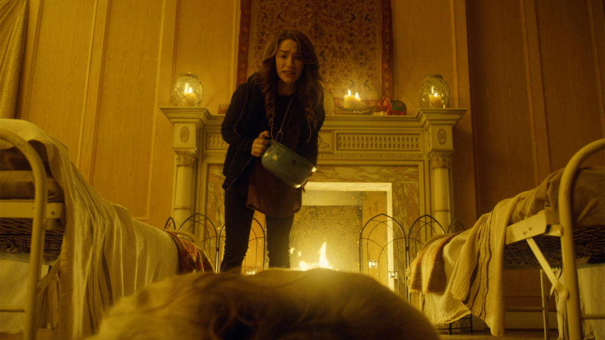 Wynonna Earp She Wouldn't Be Gone Wynonna Uses Chamber Pot To Knock Out Eve
