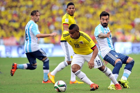 BARRANQUILLA, COLOMBIA - NOVEMBER 17: Frank Fabra of Colombia drives the ball as Ezequiel Lavezzi (R) of Argentina defends during a match between Colombia and Argentina as part of FIFA 2018 World Cup Qualifiers at Metropolitano Stadium on November 17, 2015 in Barranquilla, Colombia. (Photo by Gal Schweizer/LatinContent/Getty Images)