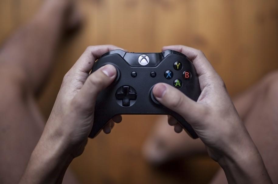 Joven 'juega' Xbox con su amigo muerto