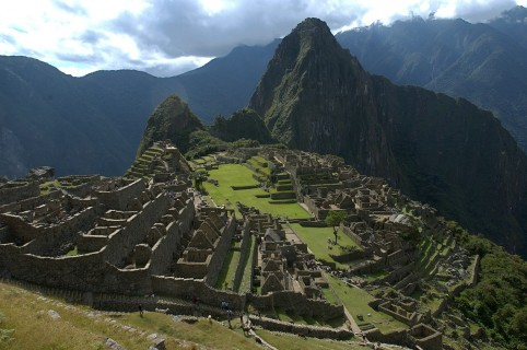 ACOMPAÑA CRÓNICA:PERÚ MACHU PICCHU LM01. LIMA (PERÚ), 20/05/2015.- Fotografía de archivo del 01 de agosto de 2015 de una panorámica de la ciudadela incaica de Machu Picchu. Reconocida como una de las maravillas del mundo antiguo, la ciudadela de Machu Picchu es la joya del turismo peruano, pero ahora las autoridades buscan diversificar la oferta que ofrece la reserva histórica y natural que la acoge en la región Cuzco, la antigua capital del Imperio de los Incas. Las ruinas de Machu Picchu concentran la atención de miles de turistas que visitan Perú todos los meses, pero pocos conocen más de las 32.500 hectáreas del Santuario Histórico y Natural que también reúne numerosos sitios arqueológicos y riquezas naturales, según explicó a Efe su jefe, José Carlos Nieto. EFE/Paolo Aguilar