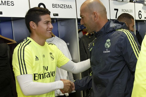 MADRID, SPAIN - JANUARY 05:  Head coach Zinedine Zidane (R) of Real Madrid greets James Rodriguez before a training session at Estadio Alfredo Di Stefano on January 5, 2016 in Madrid, Spain.  (Photo by Angel Martinez/Real Madrid via Getty Images)