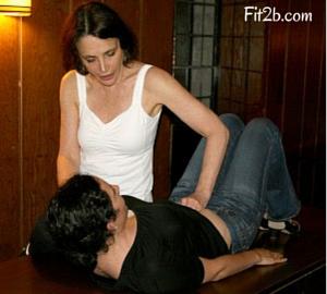 Julie checking for diastasis - Fit2b.us
