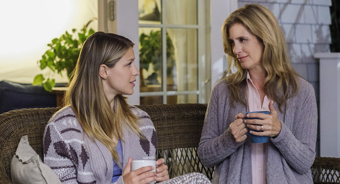 """Supergirl -- """"Midvale"""" -- SPG306b_0359.jpg -- Pictured (L-R): Melissa Benoist as Kara and Helen Slater as Eliza Danvers -- Photo: Robert Falconer/The CW -- © 2017 The CW Network, LLC. All Rights Reserved"""