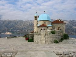 a Szirti Madonna-templom egy kis szigeten Perast mellett